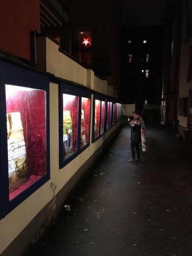 Schaufenster im Durchgang